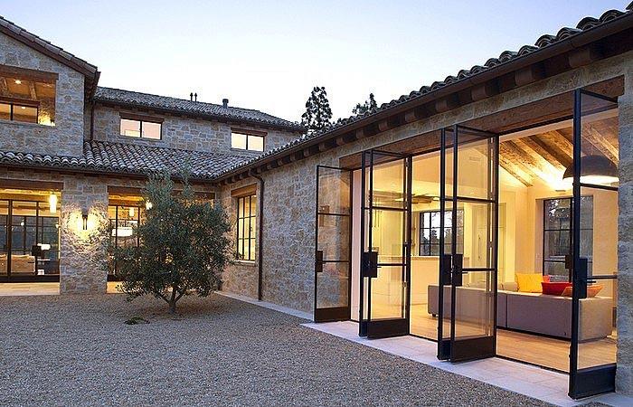 Поликарбонат, керамическая черепица и искусственный камень. Дом в стиле хай-тек