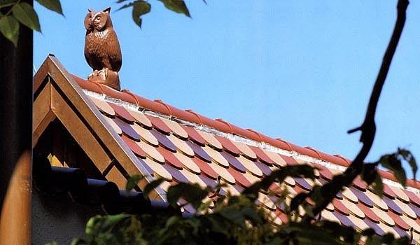 Керамическая сова на крыше беседки
